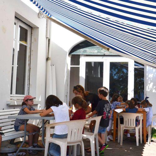 Enfants en activité manuelle à l'accueil de loisirs Haizpean