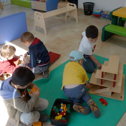 Enfants jouant par terre à l'accueil de loisirs de Lissardy Txiki