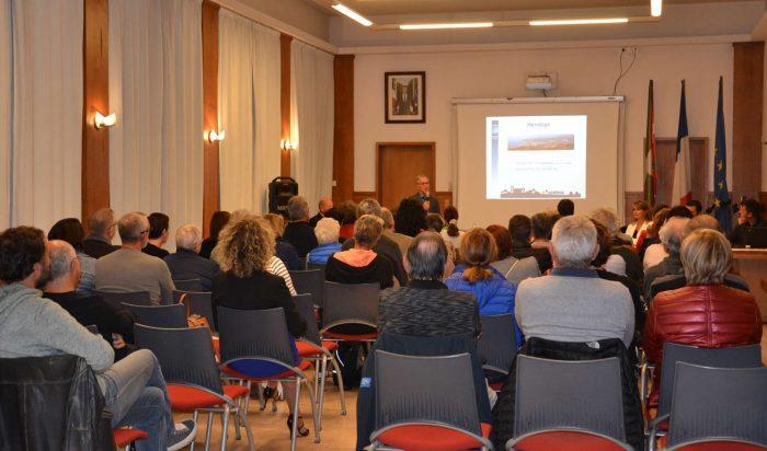 Les nouveaux résidents lors de la présentation de la ville d'Hendaye par M. le Maire