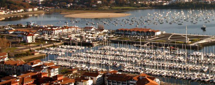 Vue aérienne du port de plaisance vers la baie de Txingudi et les montagnes basqueslage-vers-la-rhune-par-la-baie-chingoudi