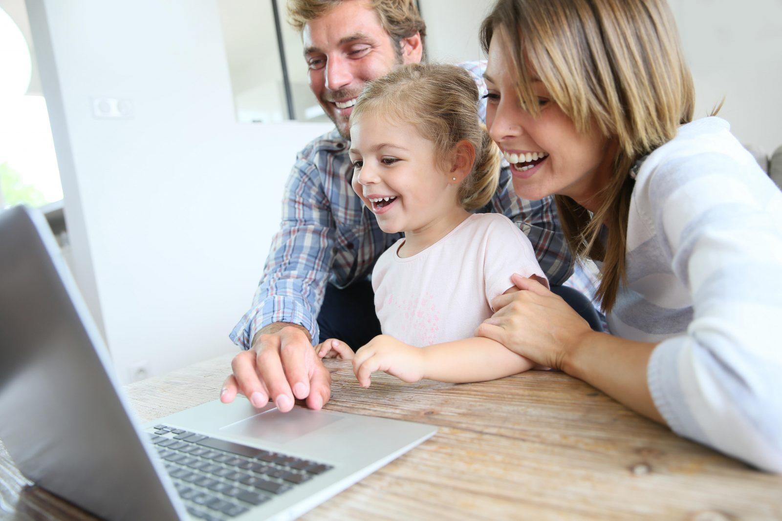 Famille devant un ordinateur portable