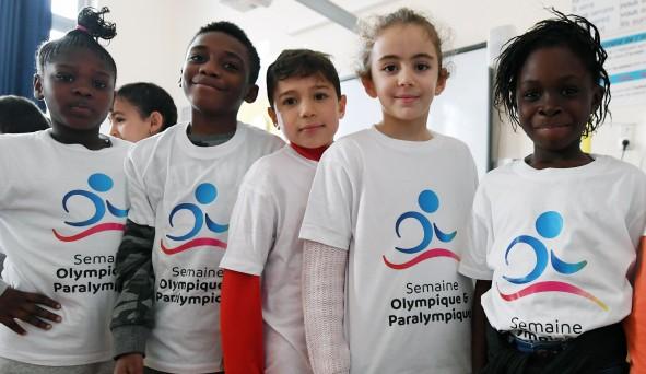 Des enfants qui participent à la Semaine Olympique et Paralympiques. Ils portent un t-shirt blanc prévu pour l'événement.